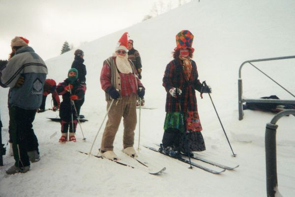 """Les skieurs déguisés à l'occasion de la """"Fête à Jules"""" en 1999."""