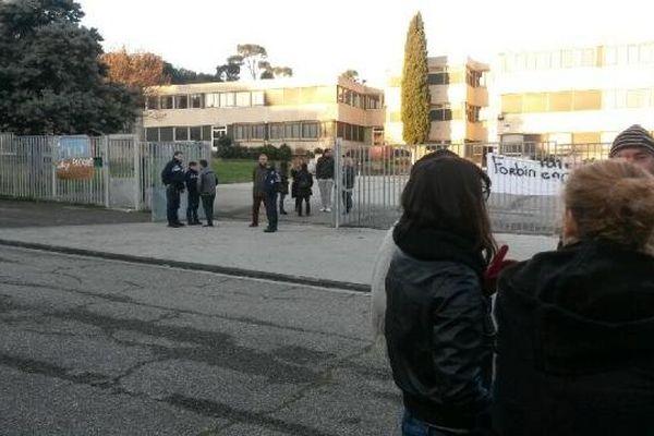Les forces de l'ordre et les agents du rectorat dont débloqué les grilles du collège Château Forbin ce mercredi matin