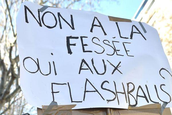 Le Défenseur des Droits, Jacques Toubon, demande la suspension des LBD, plus souvent appelés flashball.