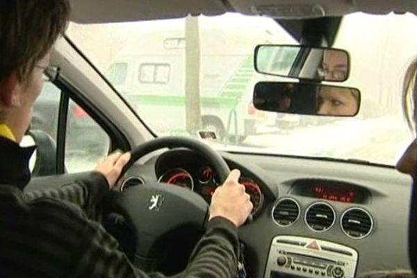 """Le rapport préconise de réduire la vitesse maximale autorisée à 80 km/h sur """"les routes bidirectionnelles"""" nationales, départementales et communales"""