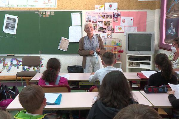 Agnès Buisson, survivante de la rafle du Vélodrome d'Hiver en 1942, est venue témoigner devant les enfants de l'école de Méaudre, en Isère, le 21 juin 2020.