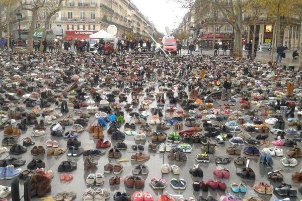 Des chaussures disposées place de la République, à Paris, le 29 novembre 2015.