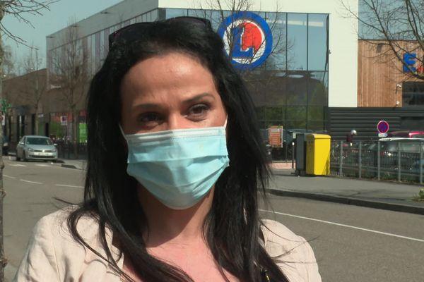 Fouzia Dermoun a été licenciée pour avoir acheté une patate douce et une baguette pendant son service dans un supermarché de Strasbourg.