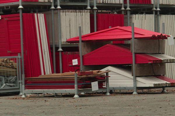 Des cabanes, comme des commerçants, privés de marché de Noël