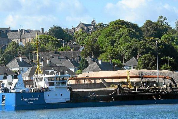 Le sablier Côtes d'Armor de la Compagnie Armoricaine de Navigation à quai à Tréguier (22)