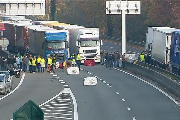 Les camions bloqués sur la RN10 en Charente par les Gilets jaunes ce mardi 20 novembre 2018.