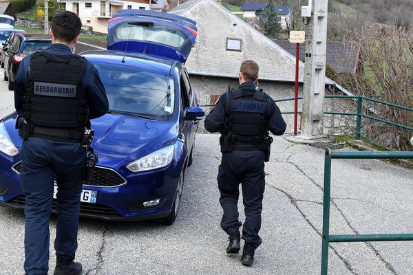 Les gendarmes bloquent le col de Marocaz, à côté de Cruet, où les ossements d'Arthur Noyer avaient été retrouvés.