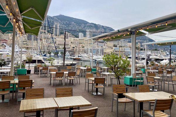 Une terrasse sur le port de Monaco.