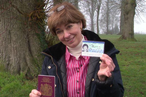 Maureen Searle a obtenu sa carte d'identité française mais a toujours son passeport anglais