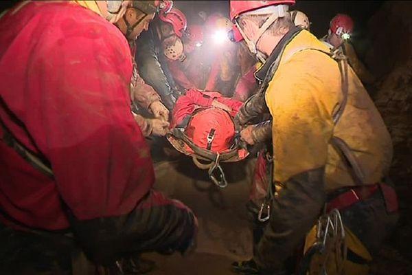 Des dizaines de secouristes se relaient pendant près de 24 heures pour évacuer une fausse victime.