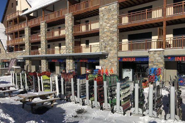 A Peyragudes, les loueurs de skis ne voient quasiment pas de clients du fait de l'interdiction d'ouvrir les remontées mécaniques.