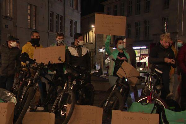 Place Pasteur à Besançon, une vingtaine de livreurs Deliveroo manifestaient contre la baisse de leurs salaires.