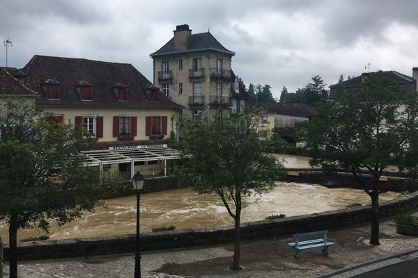 À Salies du Béarn, les eaux de Salies qui avaient inondées le centre-ville ces dernières heures ont retrouvé leur cours.