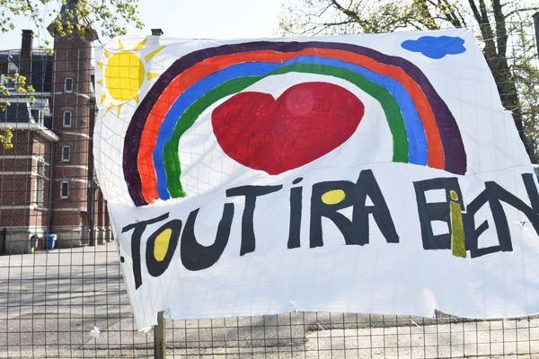 """Une banderole """"Tout ira bien"""" flotte devant une école primaire - Photo d'illustration"""