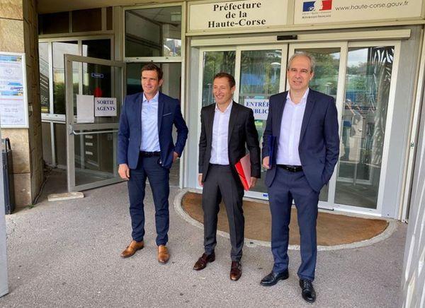 Jean-Martin Mondoloni, Jean-Sébastien de Casalta et Jean Zuccarelli devant la préfecture de Bastia le 2 juin dernier