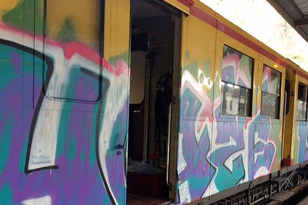 Le train jaune a de nouveau été tagué le week-end du 26 août 2017. Il a été déplacé à Villefranche-de-Conflent pour être remis en état.
