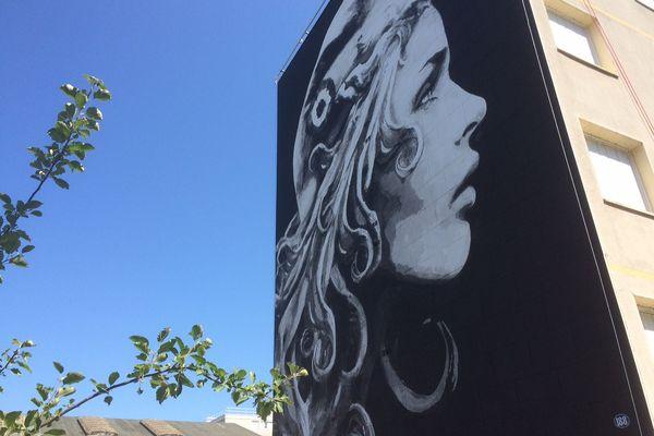 Cette œuvre de street-art a été dévoilée sur un immeuble du quartier du Toulon à Périgueux. Et elle sera ensuite sur tous les timbres de La Poste du quinquennat.