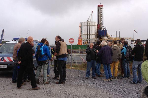 Gaz de schiste: des militants s'enchaînent sur un forage près de Paris