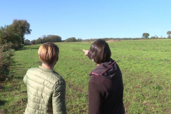 La maman de Cloé pointe du doigt l'utilisation de pesticides dans un champ voisin de sa maison à Saint-Nolff. Un accord a désormais été trouvé et il n'aura plus d'épandage