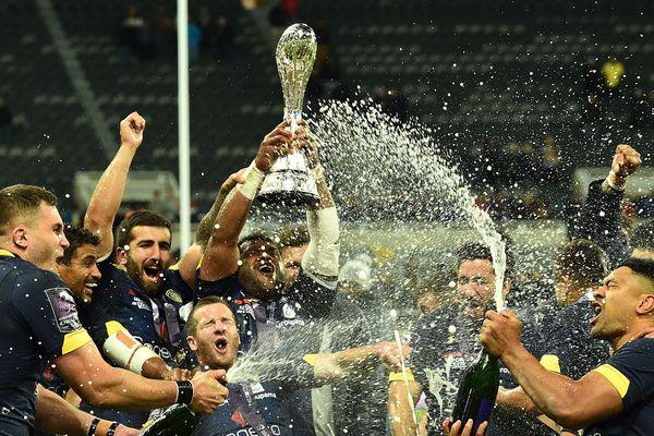 Après leur victoire en finale 36 à 16 contre La Rochelle, les joueurs de l'ASM soulèvent la coupe de la Challenge Cup.