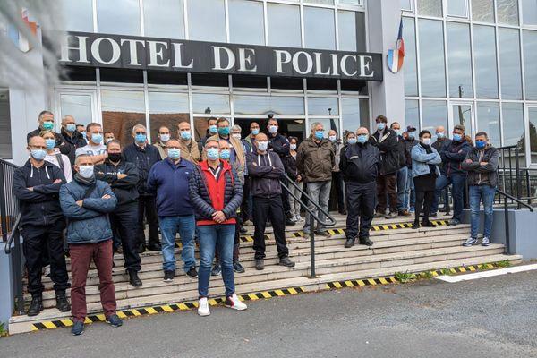 Les policiers réuis à Caen pour dénoncer la violence de l'attaque du commissariat de Champigny-sur-Marne samedi soir.