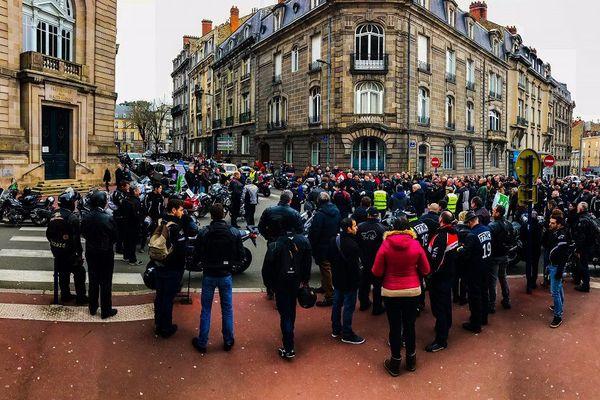Des motards en colère devant la préfecture de Limoges