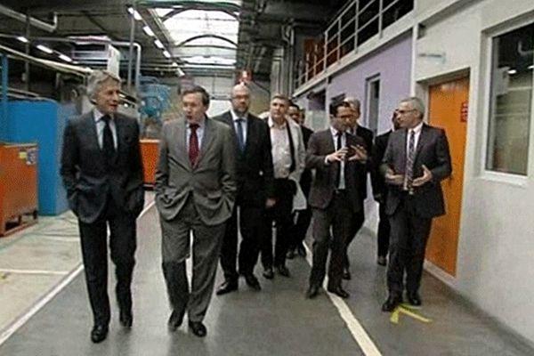 Benoît Hamon, ministre de l'économie sociale et solidaire, lors de sa visite de l'entreprise Acôme près de Mortain dans le sud Manche