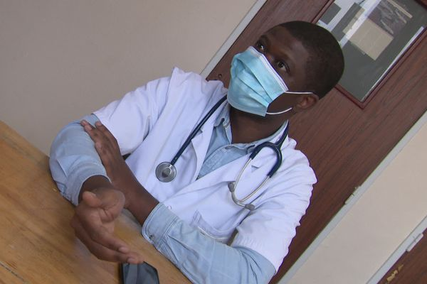 Le Dr Patrick Kingolé veut rester médecin à l'hôpital de l'Aigle et se spécialiser en gastro, une spécialité dont a besoin la structure pour son service de médecine de plus de 56 lits. S'il part, tout s'écroule selon ses collègues.
