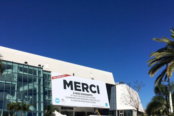 Sur le Palais des Festivals à Cannes, un grand Merci aux soignants affiché en lieu et place de l'affiche du festival. pas de tapis rouge non plus.