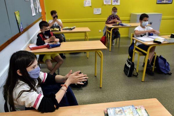 Les élèves, à partir de 11 ans et les professeurs devront porter un masque à l'école pour cette rentrée 2020.