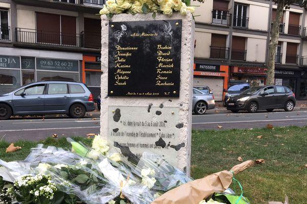 La stèle en hommage aux 14 victimes du Cuba Libre, édifiée à l'automne 2018