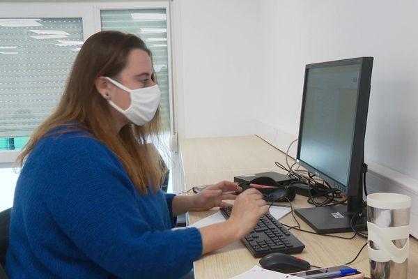 Pauline Moreira étudiante à l'Université de Montpellier travaille ses cours au campus connecté d'Aubenas
