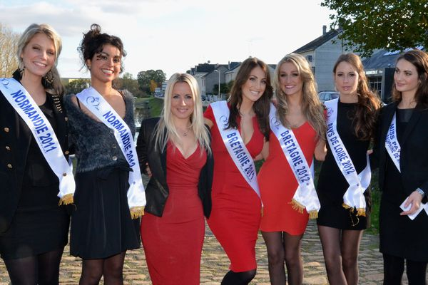 Les Miss de l'Ouest 2012, et leurs aînées de 2011 autour d'Emilie Ménard, du comité Miss France
