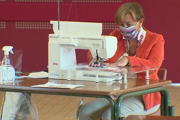 Florence Bonduel, maire de Bouzy-la Forêt a lancé l'atelier de fabrication de masques en tissu pour protéger ses administrés du Covid-19