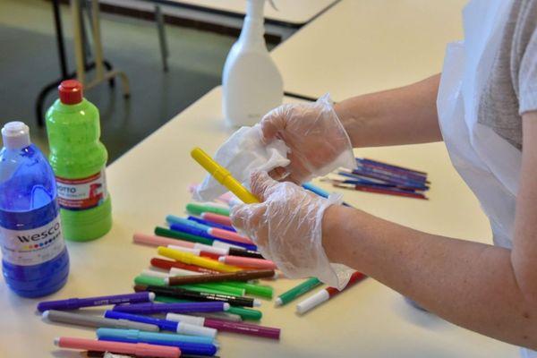 Désinfection des crayons dans une école de Marseille, lundi 11 mai, à la veille de la rentrée des classes.