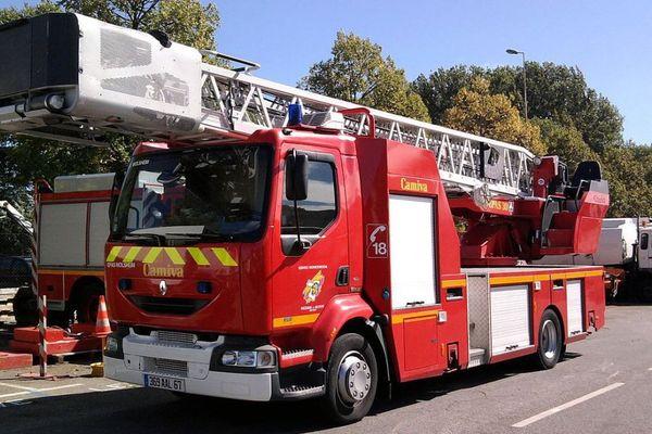 C'est au moyen de deux camions équipés d'une grande échelle comme celui-ci que les pompiers sont parvenus à évacuer tous les habitants de l'immeuble.