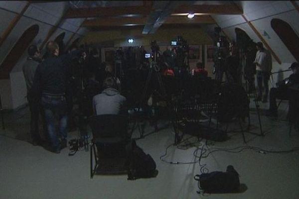 Conférence de presse de Manuel Valls à Audincourt pendant la coupure d'électricité revendiquée par la CGT