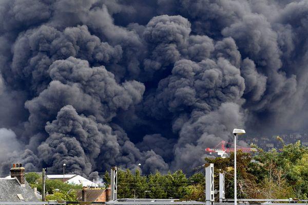 Le nuage de fumée s'échappant jeudi de l'usine Lubrizol à Rouen.