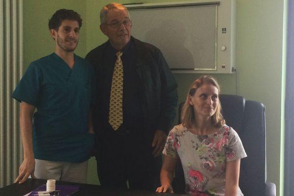 Raya Slim (à droite) accompagné du maire de Bourth, Jacky Vivier (au centre)