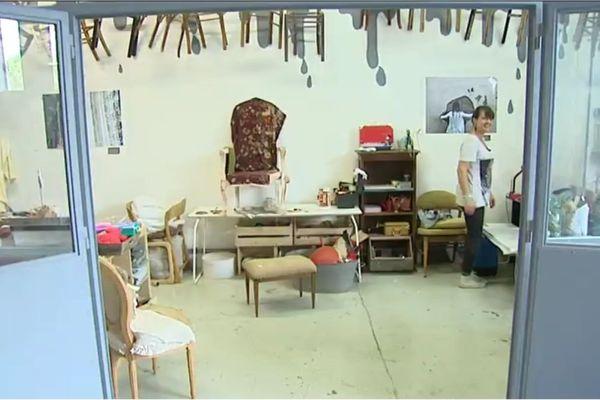 Sandrine Girardot dans son atelier de tapisserie