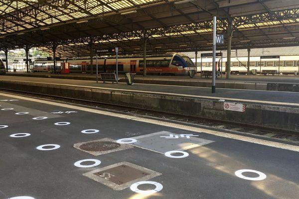 En gare de Brive, les marquages au sol permettant de respecter la distanciation sociale sont tracés.