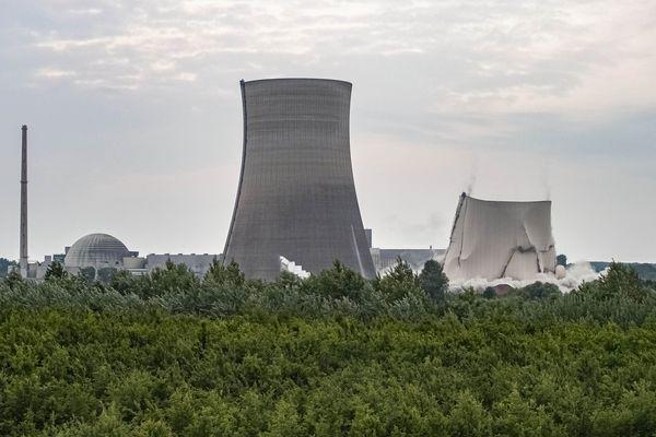 La première tour de refroidissement de la centrale s'affaisse sur elle-même, le jeudi 14 mai 2020