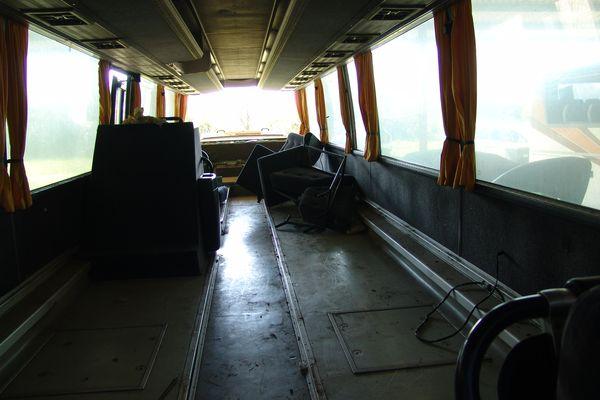 L'autocar est entièrement vidé avant sa transformation en hébergement d'urgence