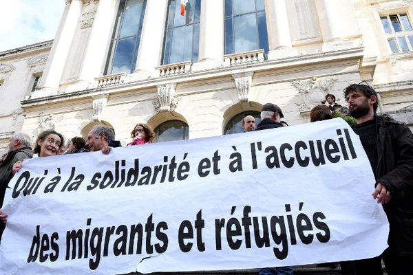 """Plusieurs personnes s'étaient rassemblées devant le tribunal correctionnel de Nice lors du procès de Piere-Alain Mannoni, poursuivi pour aide au séjour et aide à la circulation d'étrangers en situation irrégulière. Elles dénoncent un """"délit de solidarité""""."""