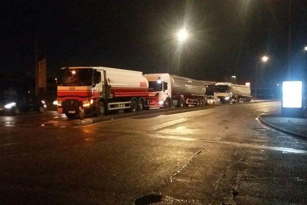 L'accès au dépôt pétrolier de Longvic est bloqué par des manifestants ce mercredi matin.