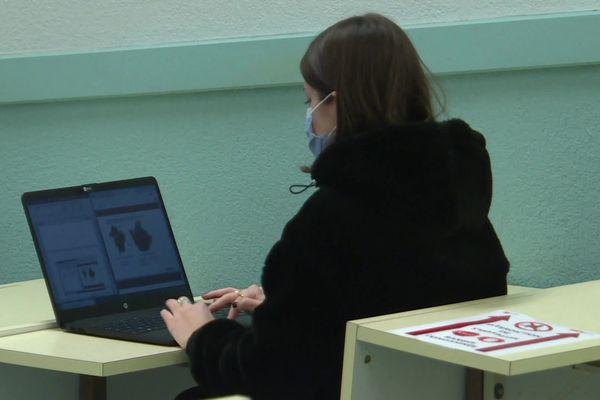 Une étudiante à la faculté de médecine de Limoges le 8 février 2021.
