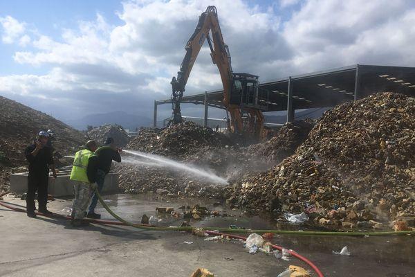 Les flammes se sont propagées sur un tas de déchets de rembourrage de meubles d'environ 30 mètres carrés.
