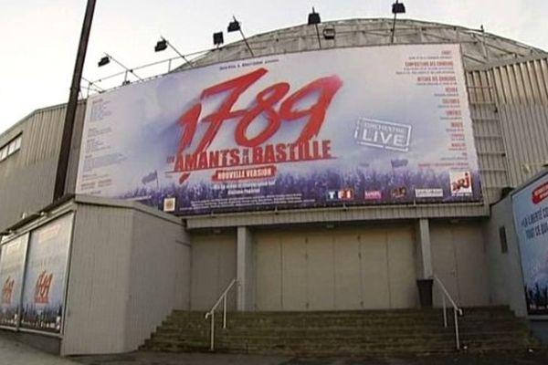 Une enquête est en cours pour déterminer les causes de l'explosion d'un engin pyrotechnique vendredi soir au Palais des Sports