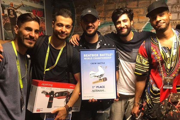 (De gauche à droite) Rythmind, Beatness, Wawad, MB14 et Beasty posent avec leurs titres de champions du monde, le 5 août à Berlin.