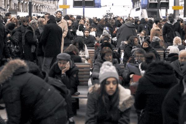 Des centaines de passagers patientent dans le hall de la gare de Lyon, le 2 janvier 2011.